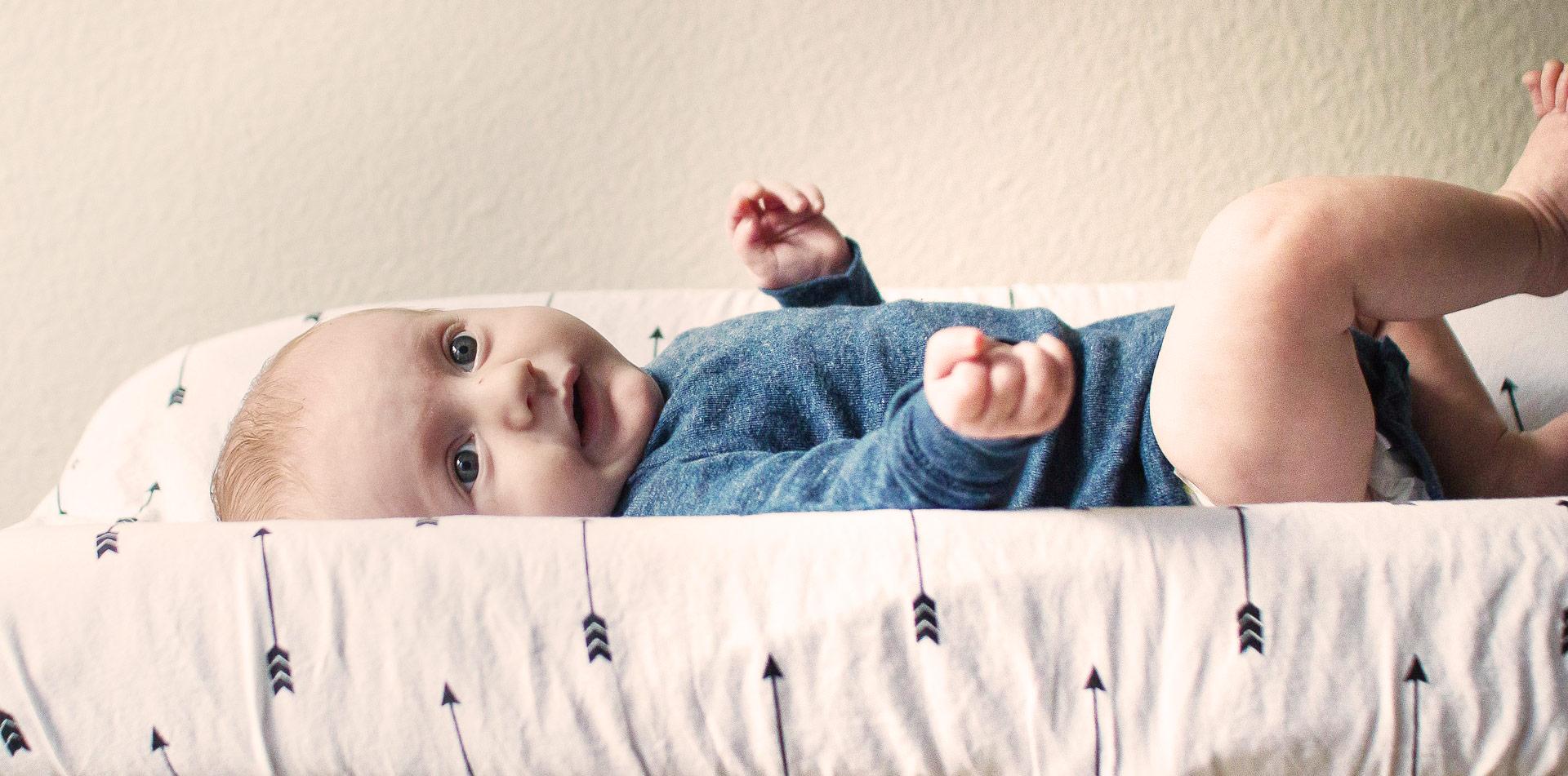 Ein Baby auf dem Wickeltisch
