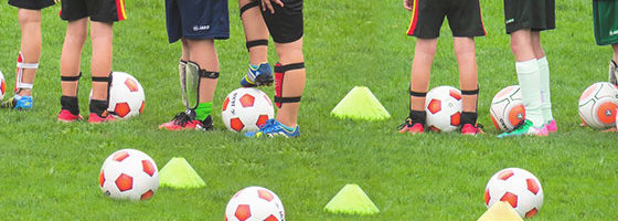 Fußball spielende Kinder
