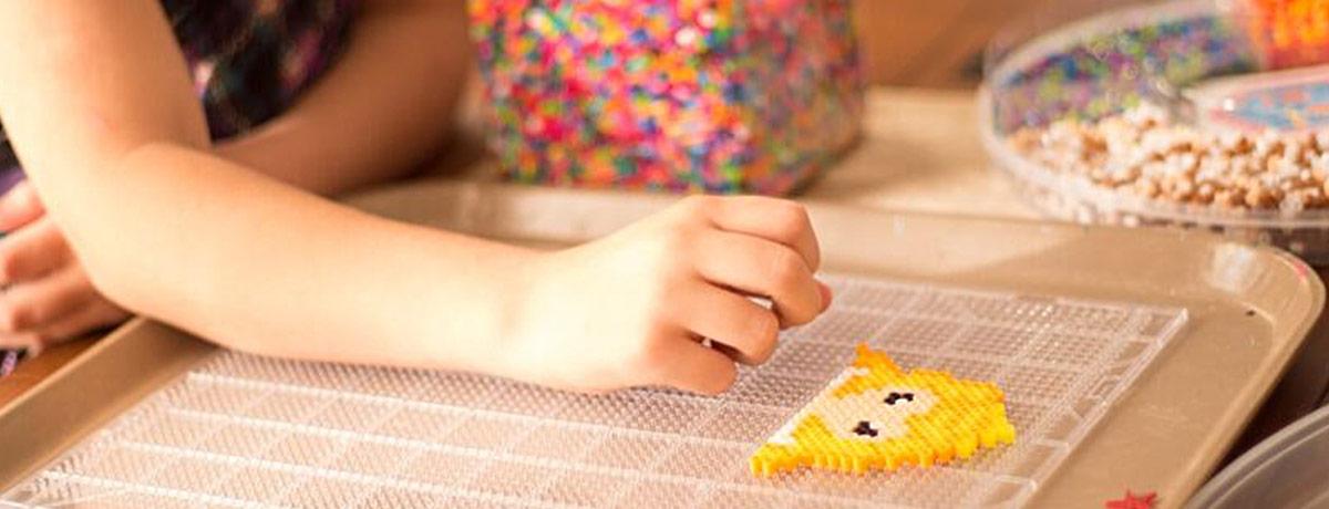 Ein Kind spielt ein Steckspiel