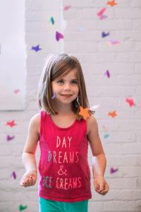 Kleines Mädchen mit lustigem Spruch auf Ihrem T-Shirt