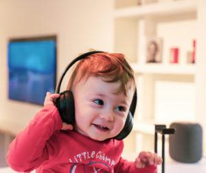 Kleinkind hört Musik über Kopfhörer