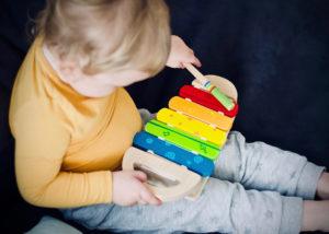 Kleinkind spielt Xylophon